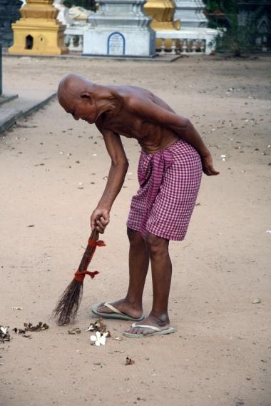CAMBODGE Un vieil homme balaie le sol Siem Reap 2009