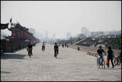 CHINE Xian a velo sur les remparts septembre 2007