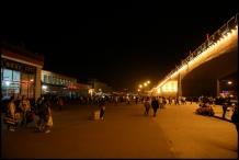 CHINE Xian voyageurs entre la gare et les remparts septembre 2007