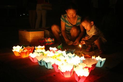 VIETNAM Enfant allumant des lampions Hoi An