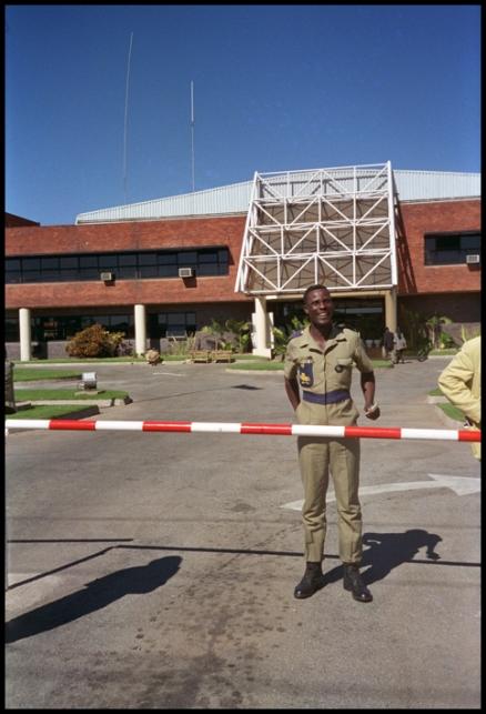 ZIMBABWE Gardien usine de tabac 1996